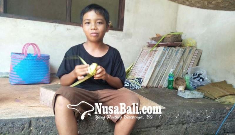 www.nusabali.com-pelajar-smp-cari-uang-tambahan-dengan-menganyam-ketupat