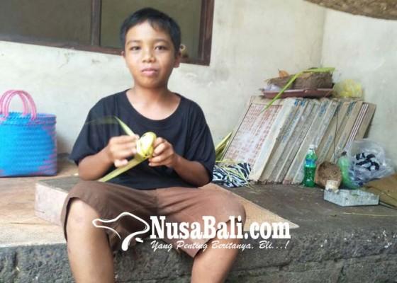 Nusabali.com - pelajar-smp-cari-uang-tambahan-dengan-menganyam-ketupat