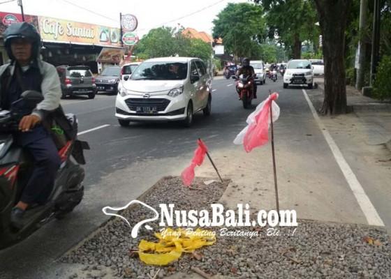 Nusabali.com - bekas-galian-yang-belum-diaspal-memakan-korban