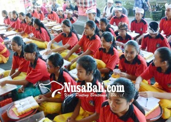 Nusabali.com - disbud-latih-generasi-muda-nyurat-lontar