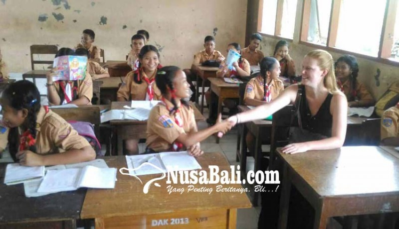 www.nusabali.com-yayasan-inggris-biayai-siswa-miskin-smpn-2-manggis