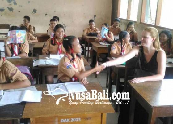Nusabali.com - yayasan-inggris-biayai-siswa-miskin-smpn-2-manggis