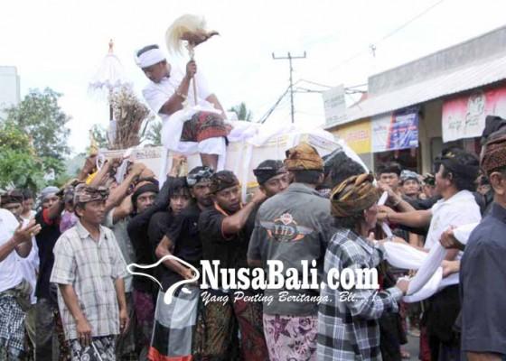 Nusabali.com - pelebon-pawang-wong-samar-dipuput-3-pedanda