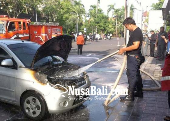 Nusabali.com - hendak-kuliah-mobil-terbakar-di-areal-parkir-unud