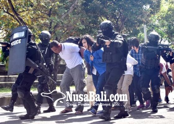 Nusabali.com - polisi-tembak-mati-5-teroris-di-pelabuhan-benoa