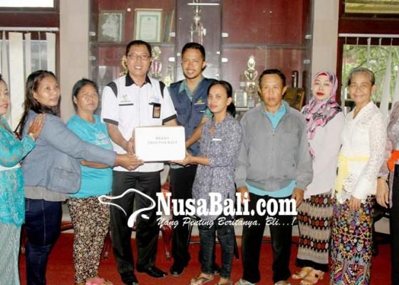 Nusabali.com - lima-warga-penyandang-disabilitas-di-tabanan-terima-bantuan-bk3s-bali
