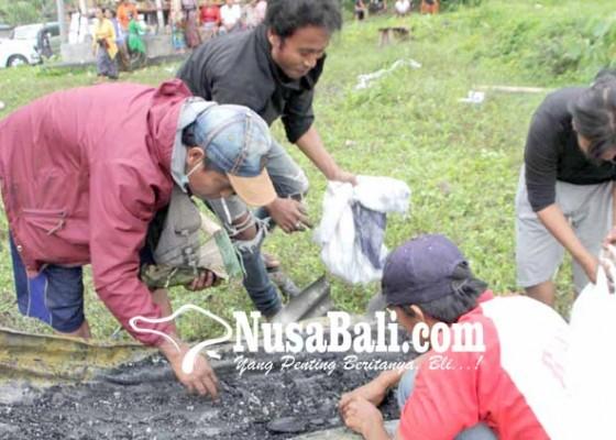 Nusabali.com - pemulung-cari-pis-bolong-di-pemuun-setra