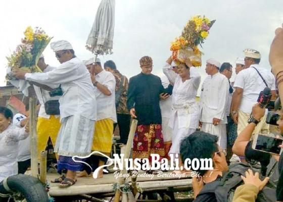 Nusabali.com - anies-hadiri-melasti-di-pura-segara-cilincing