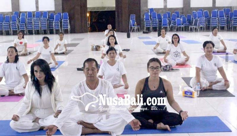 www.nusabali.com-dharma-wanita-undiksha-gelar-yoga-bersama-cucu-cahyati