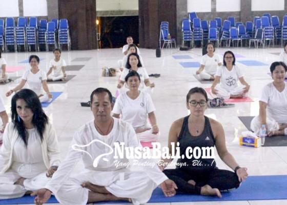 Nusabali.com - dharma-wanita-undiksha-gelar-yoga-bersama-cucu-cahyati
