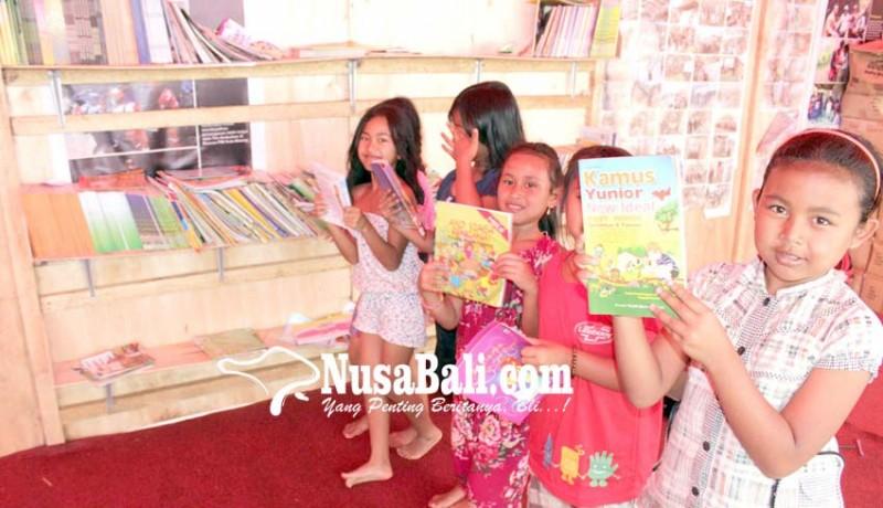 www.nusabali.com-anak-pengungsi-semangat-belajar-di-perpustakaan