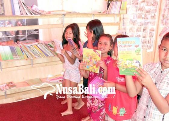 Nusabali.com - anak-pengungsi-semangat-belajar-di-perpustakaan