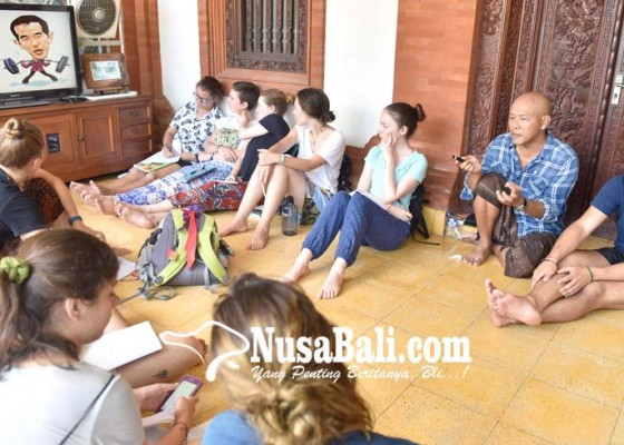 Nusabali.com - mahasiswa-asing-kenali-politik-indonesia-lewat-kartun