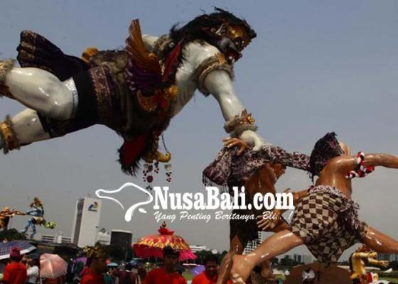 Nusabali.com - ibu-ibu-pkk-ngarap-ogoh-ogoh