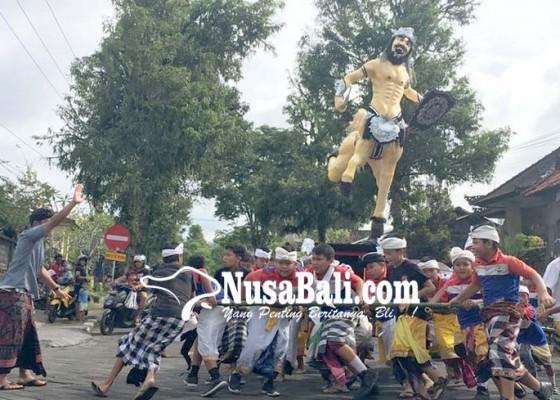 Nusabali.com - siswa-sdn-2-kawan-mengarak-kuda-berkepala-manusia