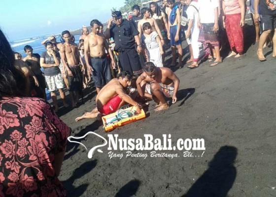 Nusabali.com - tiga-warga-tergulung-ombak