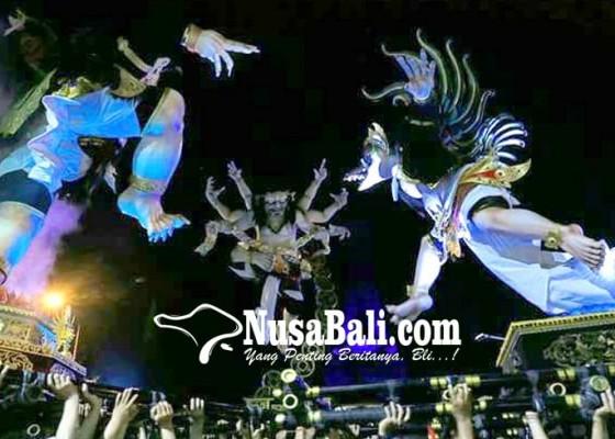 Nusabali.com - 3-ogoh-ogoh-beda-banjar-diarak-bersamaan