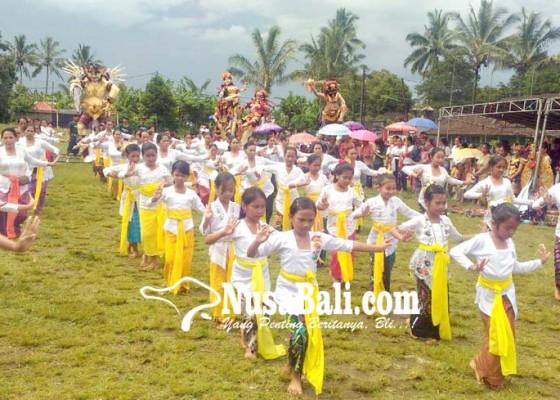 Nusabali.com - pangerupukan-desa-padangan-tampilkan-rejang-renteng-4-generasi
