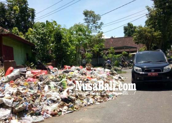 Nusabali.com - sampah-meluber-ke-jalan-tak-bau-tapi-mengganggu