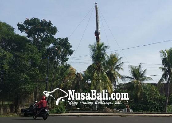 Nusabali.com - menara-seluler-menjulang-di-samping-kantor-camat