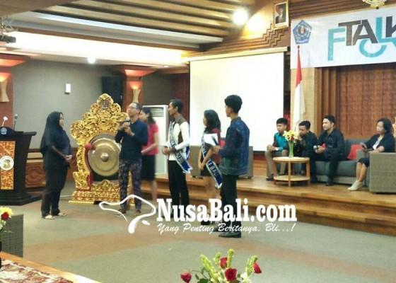 Nusabali.com - dua-siswa-tuna-rungu-berprestasi-motivasi-ratusan-siswa