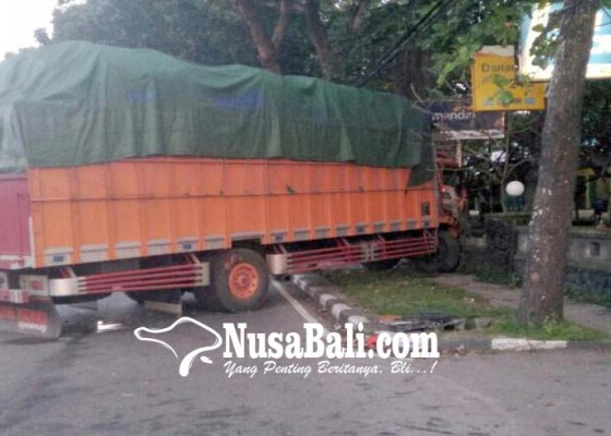 Nusabali.com - truk-tabrak-tembok-carry-terguling-nyaris-timpa-tembok