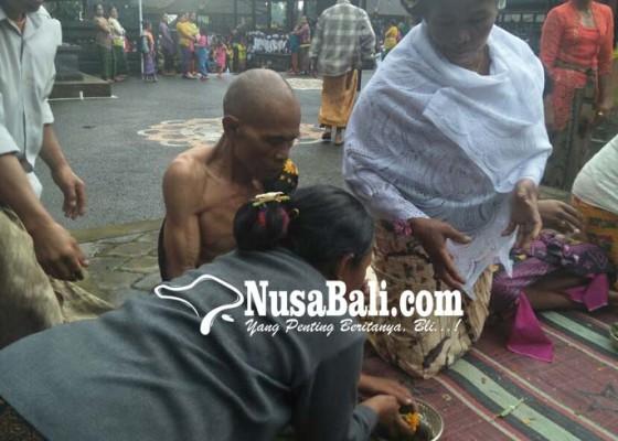 Nusabali.com - pasangan-kakek-nenek-berusia-65-tahun-juga-ikut-nikah-massal