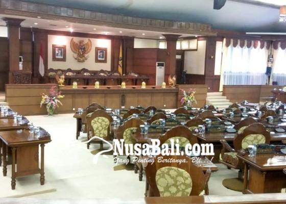 Nusabali.com - anggota-dewan-banyak-absen-sidang-dprd-bali-molor-1-jam