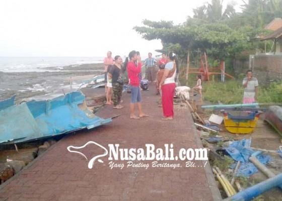 Nusabali.com - tiga-jukung-nelayan-hancur-diterjang-ombak