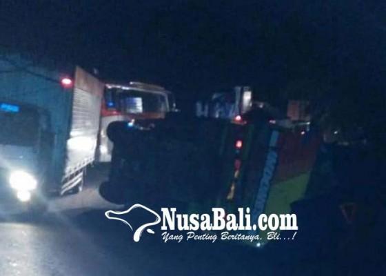 Nusabali.com - dua-truk-tutup-jalan-macet-parah-di-pekutatan