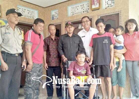 Nusabali.com - lumpuh-sejak-lahir-juni-artawan-terima-bantuan-kursi-roda