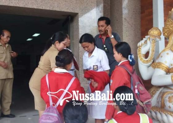 Nusabali.com - siswi-smk-kesehatan-kesurupan