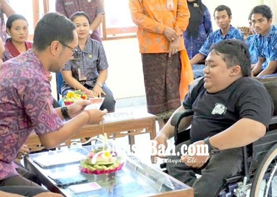 Nusabali.com - kpu-badung-simulasi-nyoblos-ke-penyandang-disabilitas