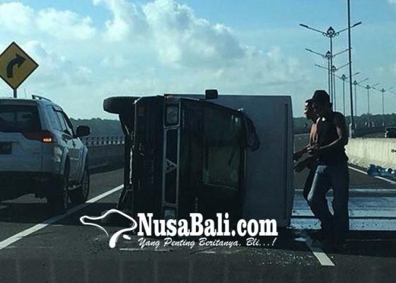 Nusabali.com - mobil-terjungkal-di-tol-karena-pecah-ban