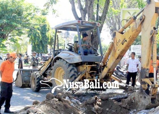 Nusabali.com - beton-drainase-pemicu-banjir-dibongkar