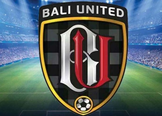 Nusabali.com - suporter-panjat-pagar-afc-denda-bali-united