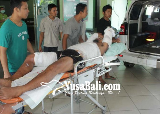 Nusabali.com - truk-terbalik-bapak-dan-anak-balitanya-luka-bakar