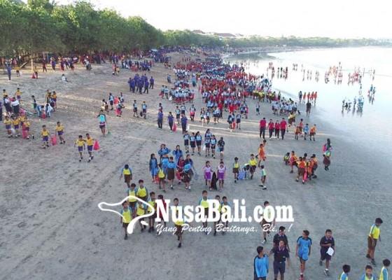 Nusabali.com - sambuat-imf-ribuan-orang-bersih-bersih-pantai-kuta