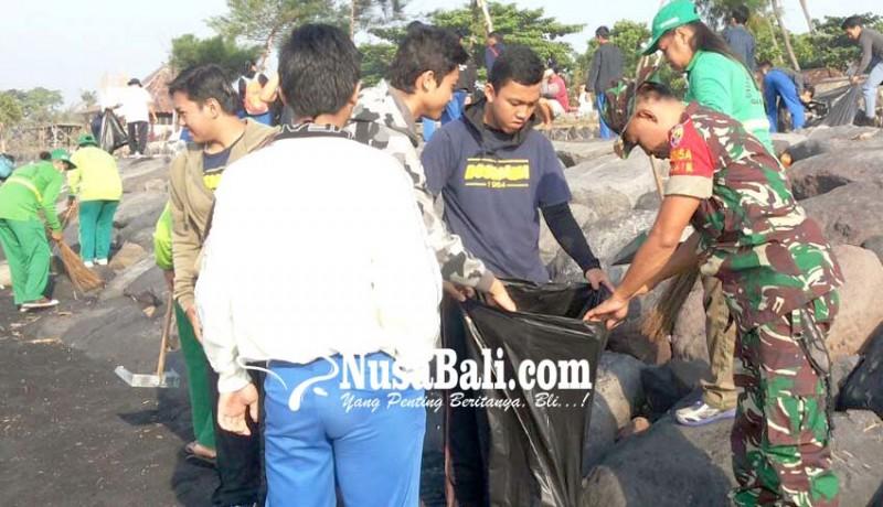 www.nusabali.com-pasukan-loreng-bersihkan-pantai