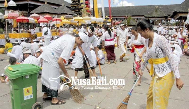 www.nusabali.com-petugas-kebersihan-siaga-24-jam-di-penataran-besakih