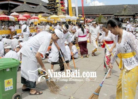 Nusabali.com - petugas-kebersihan-siaga-24-jam-di-penataran-besakih