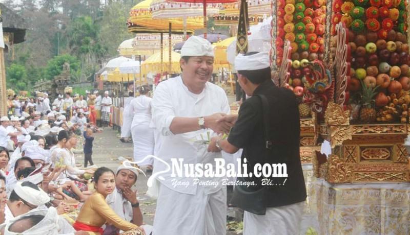 www.nusabali.com-bupati-artha-ngaturan-bhakti-penganyar-di-besakih-dan-ulun-danu-batur