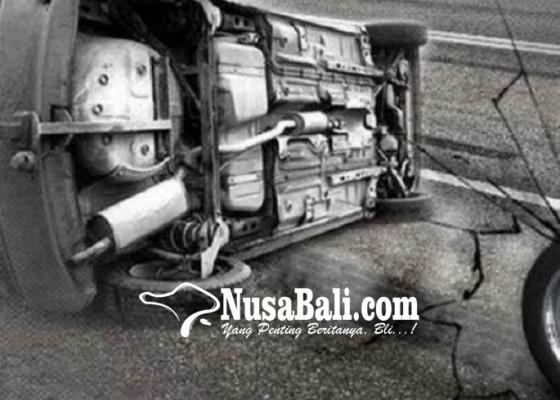 Nusabali.com - mobil-pamedek-terguling-ke-parit