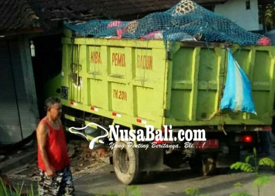 Nusabali.com - truk-sampah-milik-desa-tibubeneng-tabrak-toko