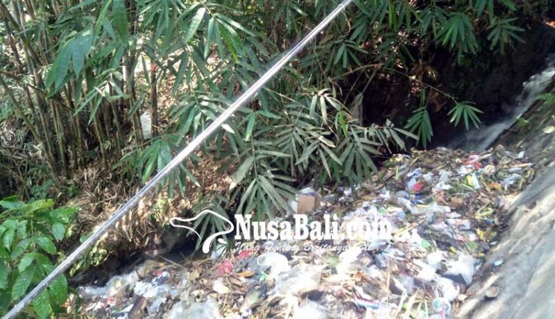 www.nusabali.com-sampah-menumpuk-di-jalur-pembuangan-air