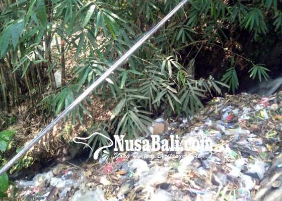 Nusabali.com - sampah-menumpuk-di-jalur-pembuangan-air