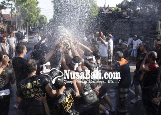 Nusabali.com - puluhan-krama-berebut-mesbes-watangan-sebelum-dinaikkan-ke-bade