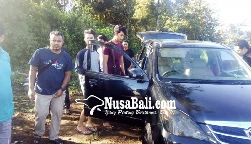 www.nusabali.com-mobil-ringsek-tertembus-peluru-hebohkan-warga