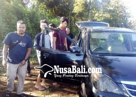Nusabali.com - mobil-ringsek-tertembus-peluru-hebohkan-warga