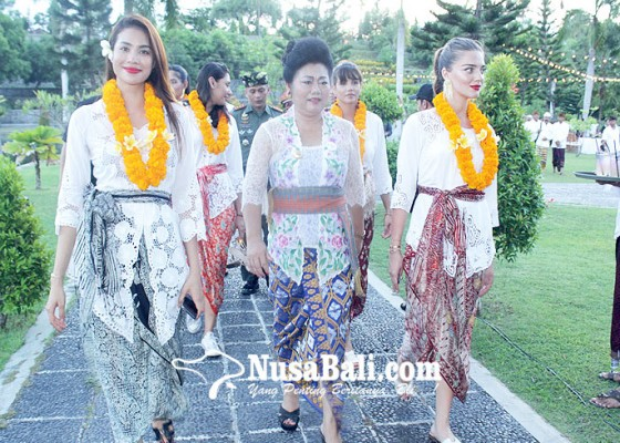 Nusabali.com - 14-kontestan-miss-universe-berkunjung-ke-karangasem